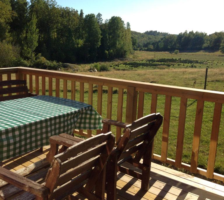 Möblerad altan med vy över betesmarken